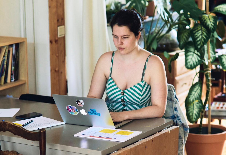 Ook voor Caitlin Smulders (26) was telewerk voor de lockdown geen optie. Zij hoopt alvast dat haar werkgever haar ook na deze crisis de keuze laat om deeltijds van thuis uit te werken. 'Een mens is niet gemaakt om zo lang stil te zitten werken.' Beeld Thomas Nolf