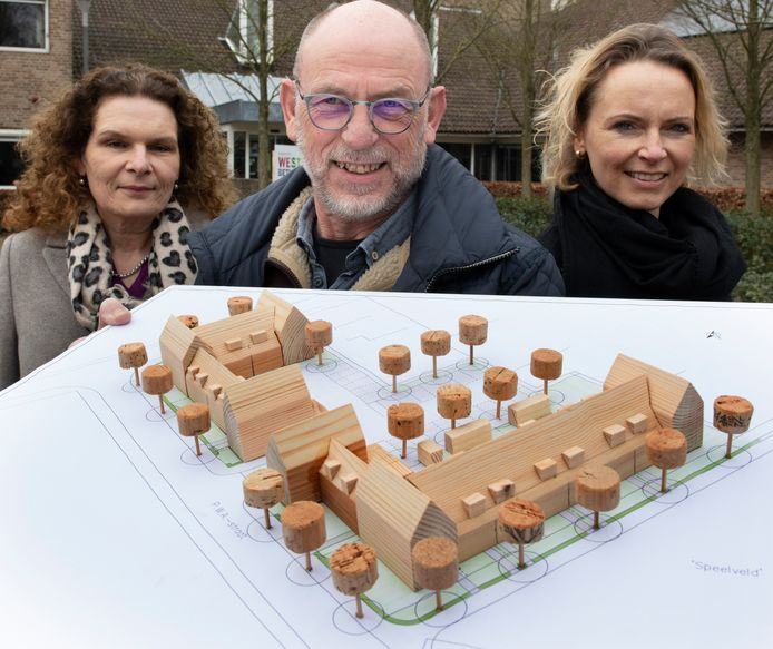 Bertie Nieuwkoop, Piet Timmer en Herma Jansen-Timmer met de maquette voor het nieuwbouwplan in Buurmalsen.