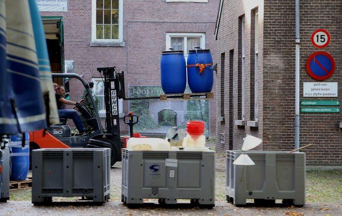 Ook haalde de politie tonnen met vloeistof uit het lab.
