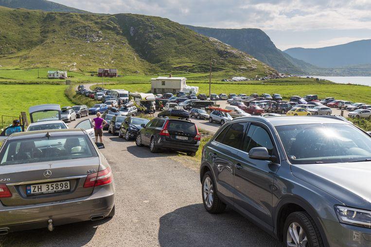 De weg naar Hauklandstrand staat op sommige dagen over de gehele lengte volgeparkeerd. Beeld Eric Fokke