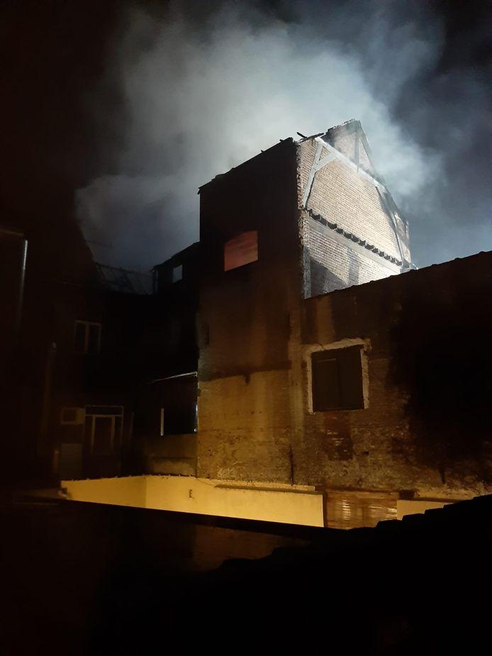 Na 45 minuten was het vuur onder controle, maar de brandweer bluste nog de hele nacht na.