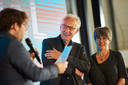Johan Weernink en zijn echtgenote luisteren naar de spech van burgemeester Sebastiaan van 't Erve.