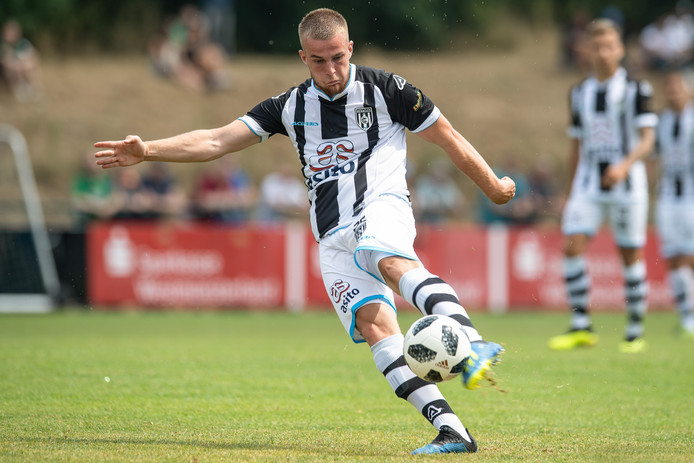 Joey Konings scoorde twee keer voor Heracles 2 tegen Heerenveen 2.