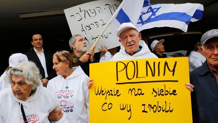 Holocaustoverlevenden protesteren bij de Poolse ambassade in Tel Aviv tegen de nieuwe Poolse herinneringswet. Beeld AFP