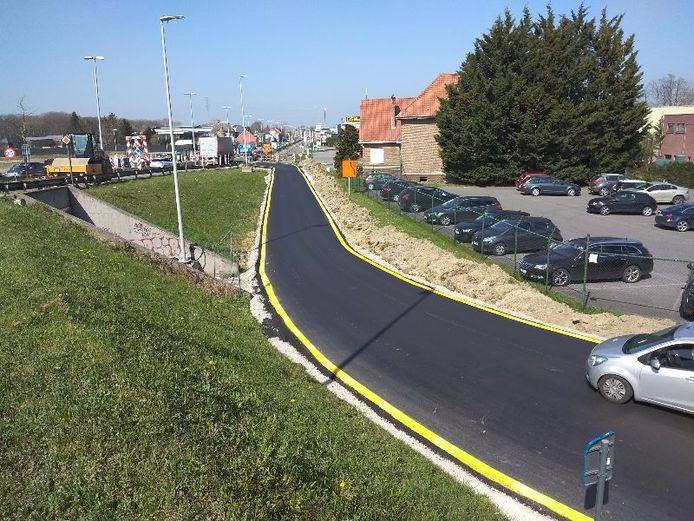Naast de rotonde werd een verbindingsweg aangelegd.