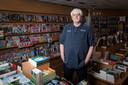Eric Henri van boekwinkel The Readshop in Almere is ten einde raad. Zijn winkel is dicht, hij krijgt geen overheidssteun en vreest het niet te overleven.