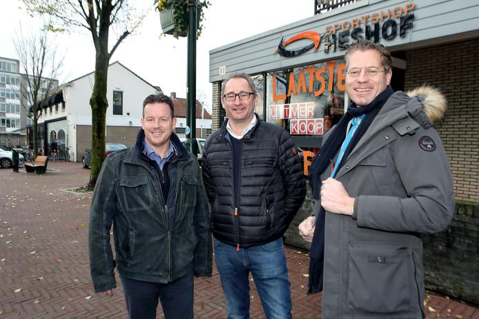 De eigenaren van HotelDe Kaai voor het pand van Sportshop Heshof. Van links naar rechts: Johan Bosters, Ronald van der Sandt en Ewout van den Berg.