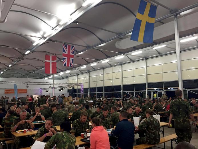 Ontbijt voor de start van laatste dag vierdaagse Nijmegen op militaire kamp Heumensoord Foto Cobine van der Louw