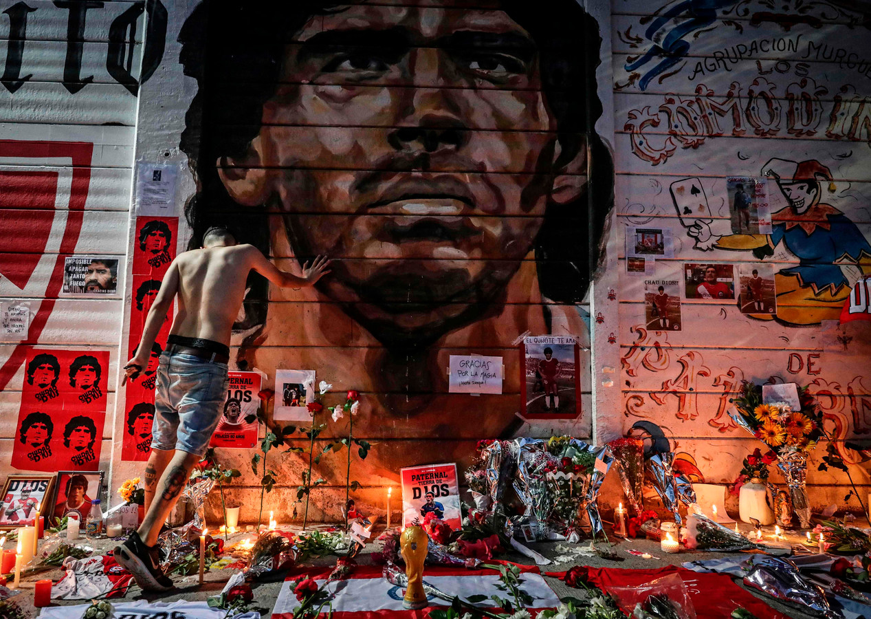 Bij het Estadio Diego Armando Maradona van Argentinos Juniors, de club waar hij als tiener al vier keer topscorer van Argentinië werd.
