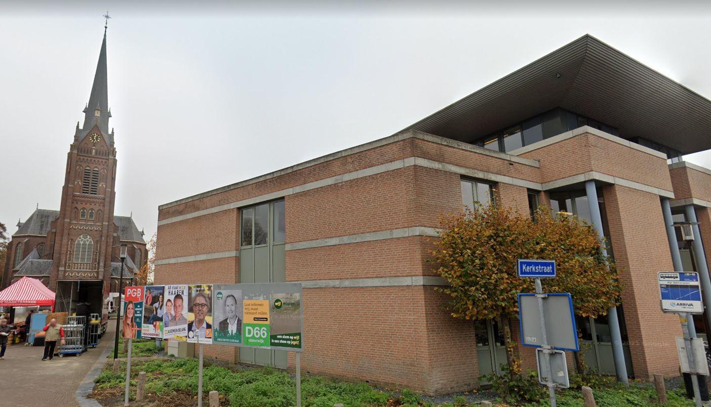 Het gemeentehuis van Haaren ten tijde van de verkiezingscampagne voor de gemeenteraad van Oisterwijk.