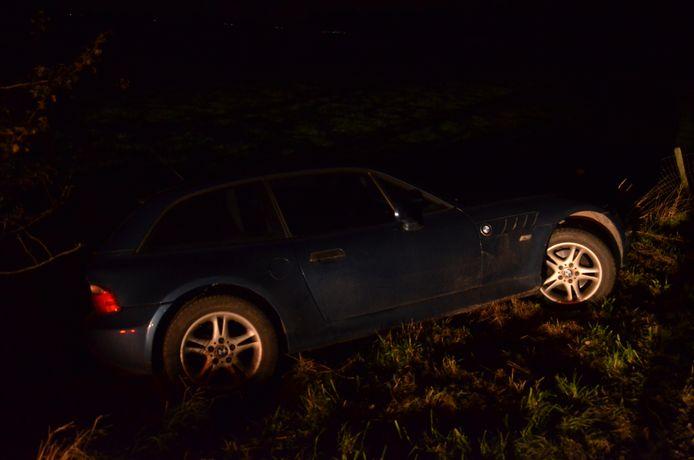 De BMW belandde in de sloot, de bestuurder ging ervandoor.