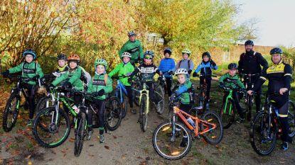 Jonge mountainbikers aan het trainen