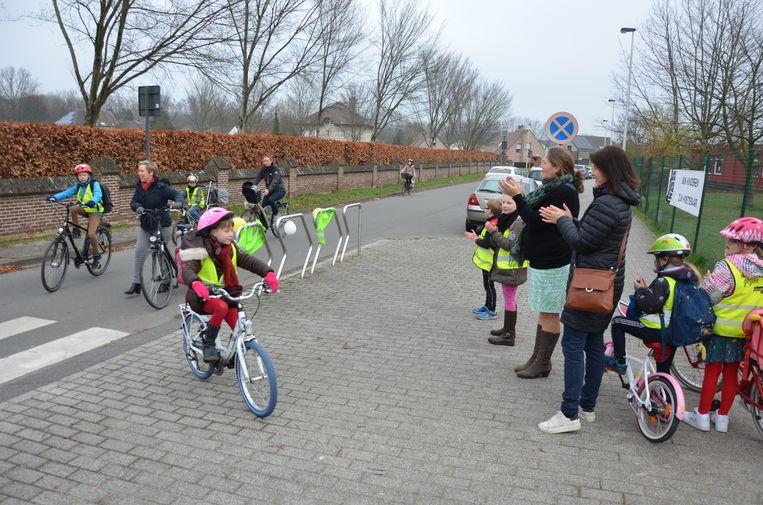 Tijdens de 'Fietsapplausdag' wil de ouderraad van basisschool De Rozen kinderen en hun ouders aanmoedigen om met de fiets naar school te komen.