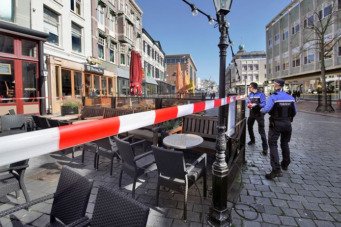 Handhavers zetten eerder dit jaar al de terrassen in Nijmegen af met lint.