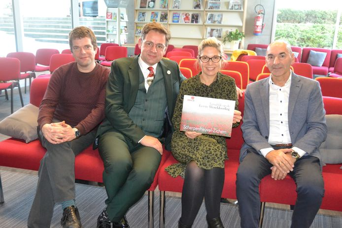 Schepen Kris Peetermans, cultuurbeleidscoördinator Liesbeth Tielens en enkele medewerkers met het boek.