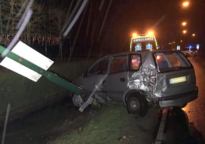 Een van de auto's kwam tegen een lantaarnpaal tot stilstand