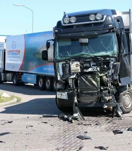 Ravage op industrieterrein op Urk na aanrijding tussen twee vrachtwagens