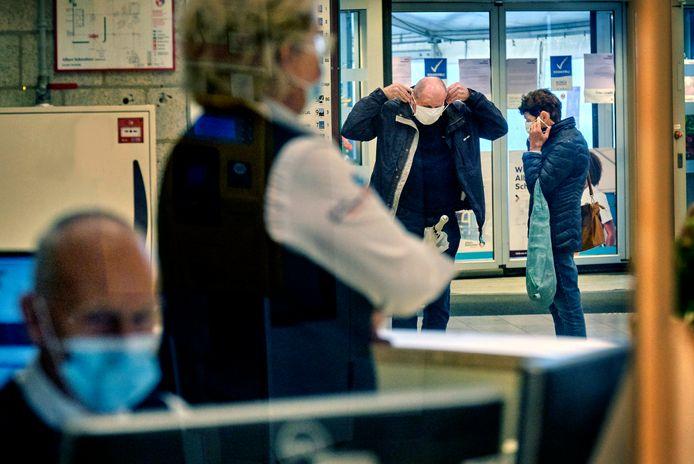 De mondkapjesplicht, zoals hier in het Albert Schweitzer ziekenhuis in Dordrecht, is in een aantal ziekenhuizen afgeschaft.