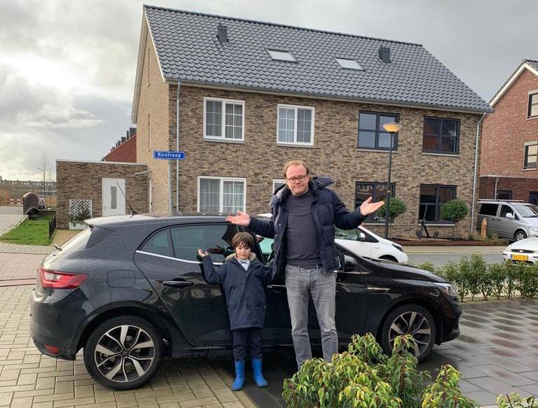 Rutger Gillis met zijn zoontje Tobi (5) kan er met zijn hoofd niet bij dat hij hiervoor een bekeuring.