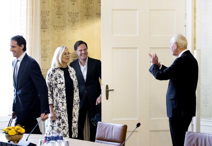 Informateur Johan Remkes (R) met demissionair premier Mark Rutte, Sigrid Kaag (2L) en Wopke Hoekstra (L) in het Logement.