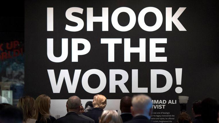 President Trump bekijkt een quote van bokslegende Ali tijdens een bezoek aan het Smithsonian National Museum of African American History & Culture afgelopen week. Beeld Photo News