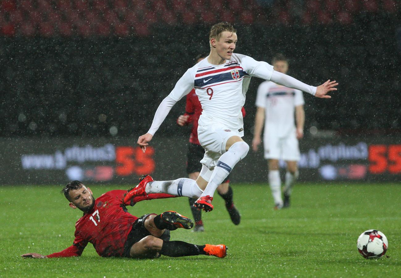Martin Odegaard in actie voor het nationale team van Noorwegen tegen Albanië.