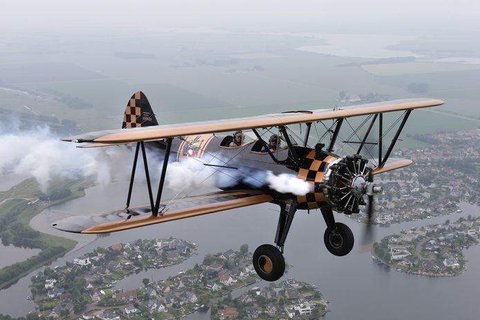 De Boeing Stearman van Vliegend Museum Seppe is een van de toestellen die in formatie over de regio zal vliegen.