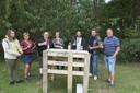 Joris Eeckhout (uiterst rechts) van Wijndomein Den Eeckhout ontvangt zijn gasten aan een geïmproviseerd pop-upterras.
