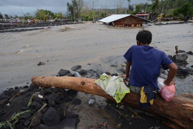 Dorpen en huizen in de provincie Albay staan onder water als gevolg van de tyfoon.  Beeld AP