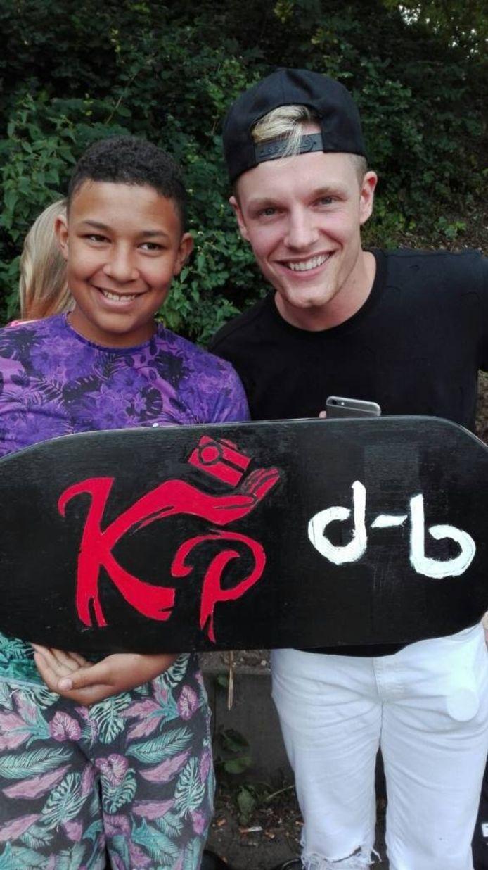 Enzo Knol (rechts), in Nijmegen op de foto met een van zijn fans.