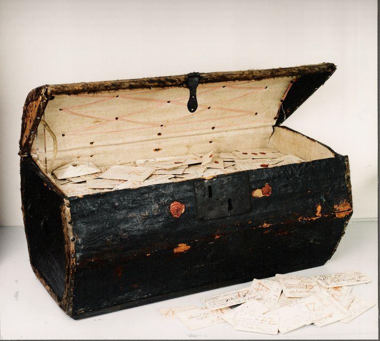 Een koffer vol poststukken uit de zeventiende eeuw. Beeld Museum Beeld en Geluid Den Haag