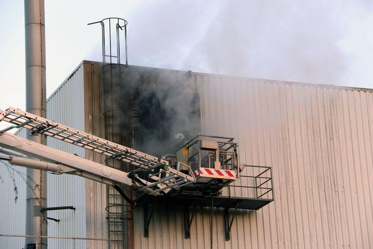 De brand in de twee silo's met houtschilfers had vrijdag al gewoed maar is maandagochtend weer opgeflakkerd.