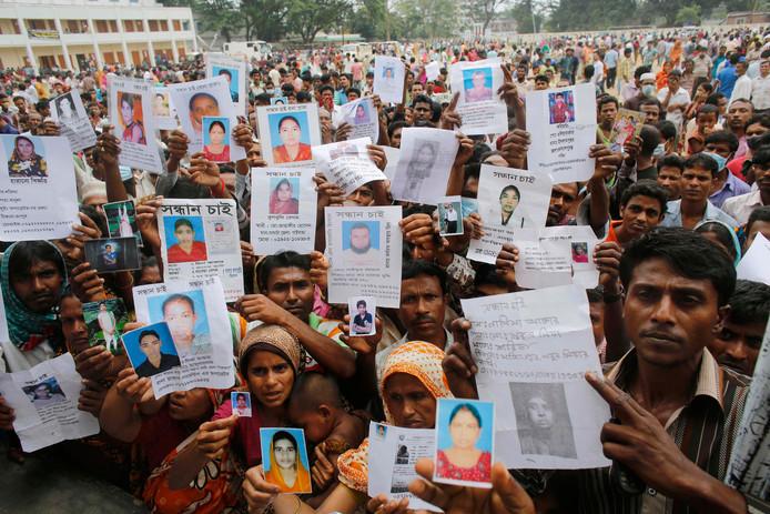 Nabestaanden van slachtoffers die bedolven raakten onder het puin van de ingestorte fabriek in 2013 in Bangladesh.