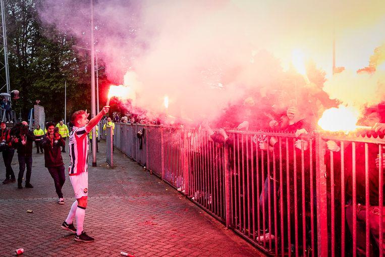 De aanvoerder van Willem II, Jordens Peters, viert na afloop van het gewonnen duel tegen Fortuna Sittard feest met de fans. Willem II speelt ook volgend seizoen in de eredivisie. Beeld Pro Shots / Toin Damen