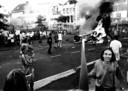 De rellen op 4 juli 1994 beginnen met het in brand steken van een personenauto. Dan is het nog 'rustig'.