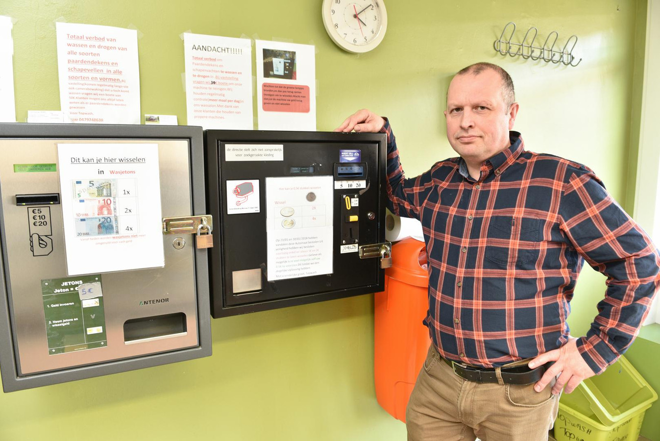 Uitbater Christophe Schepens bij het leeggeplunderde wisselautomaat.