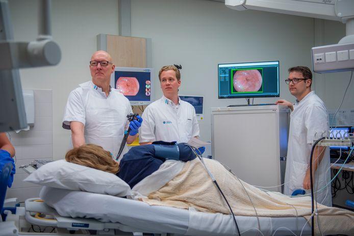 Erik Schoon en zijn collega's tijdens een behandeling van een patiënt in het Catharina Ziekenhuis.