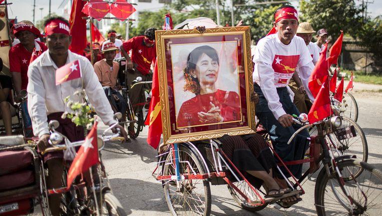 Aanhangers van de NLD-partij van Aung San Suu Kyi op campagne in de straten van Rangoon. Beeld Julius Schrank