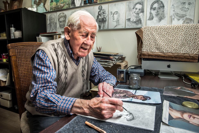 Trouwlezer Haring Bais maakt al jarenlang portretten na uit de krant.