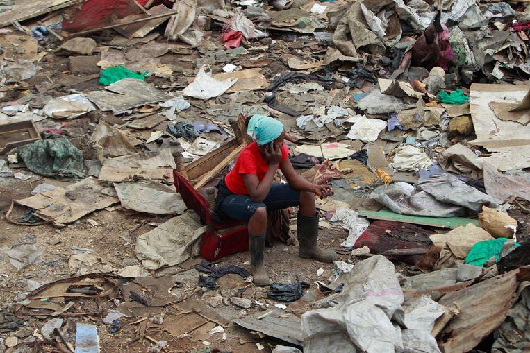 Vrouw belt in een sloppenwijk in Nairobi Beeld EPA