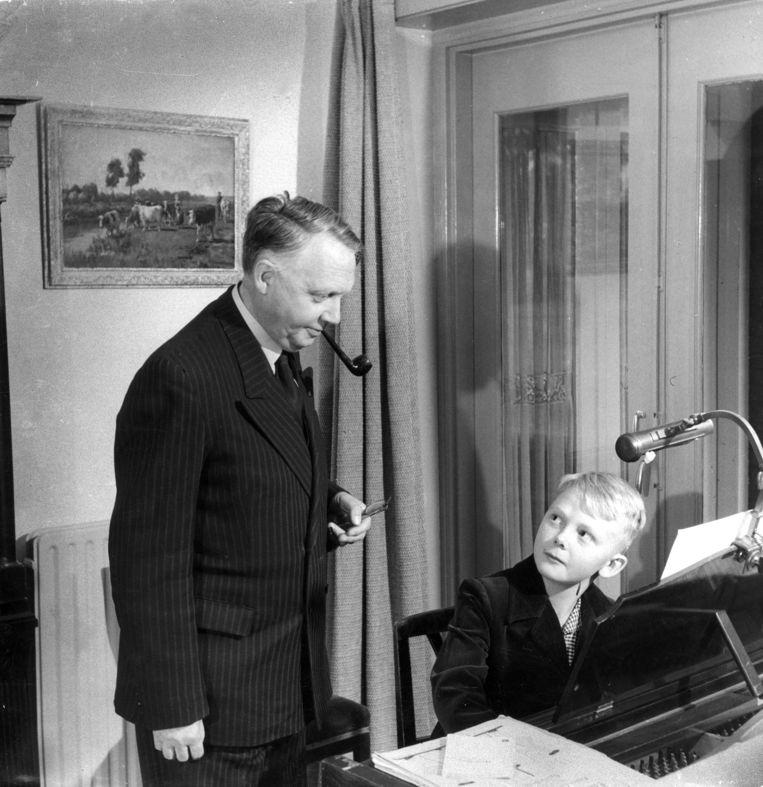 Louis Andriessen (rechts) krijgt pianoles van zijn vader Hendrik in 1950. Beeld Hollandse Hoogte / Spaarnestad Photo