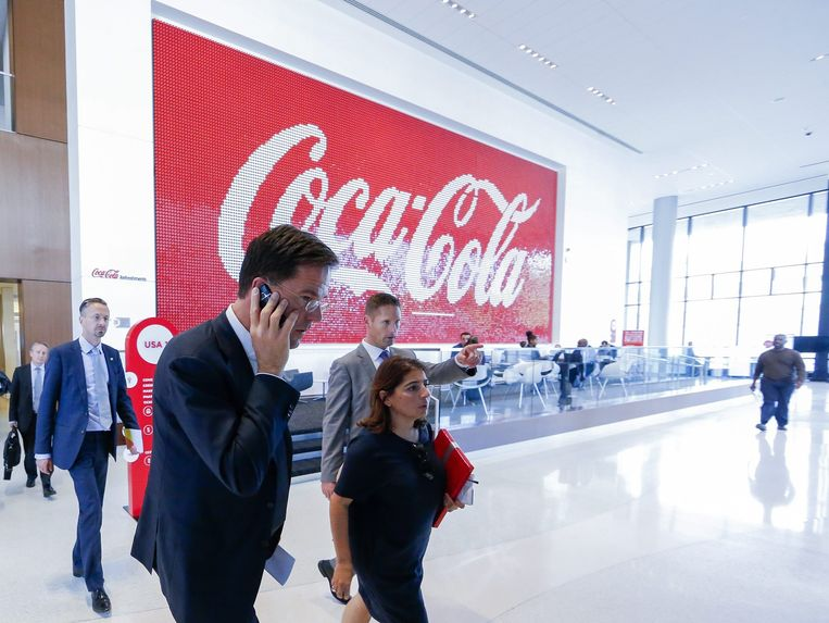 Rutte op werkbezoek in de Coca cola-fabriek. Beeld anp