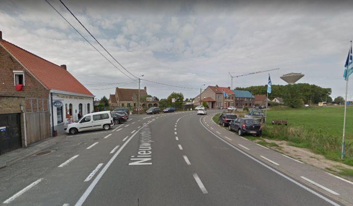 Het ongeval gebeurde in deze bocht op de Nieuwpoortsteenweg, aan café De Zoete Inval.