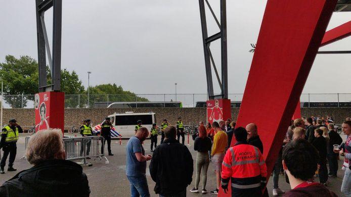 Na afloop van het duel FC Twente - FC Utrecht heeft de ME moeten optreden bij de plek waar de bussen stonden geparkeerd van de supporters van FC Utrecht.