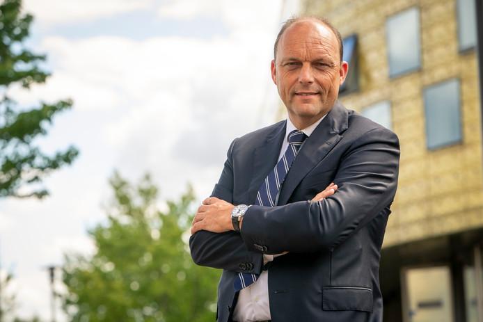 Binnen een week werd de nieuwe burgemeester van Zwolle, Peter Snijders, geconfronteerd met een schietpartij in zijn stad.