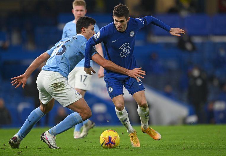 Manchester City-speler Rodrigo houdt Christian Pulisic van Chelsea tegen in de Premier League. Beeld AP