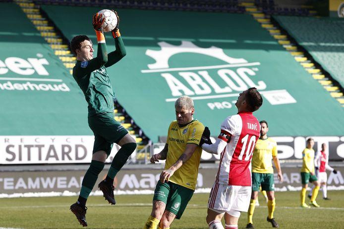 Yanick van Osch heerst in zijn eigen stafschopgebied en houdt Dusan Tadic af in het duel met Ajax.