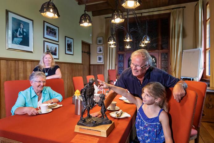 Katie vraagt aan haar opa Roy of haar overgrootvader ook zo'n mutsje op had toen hij in Vught was.