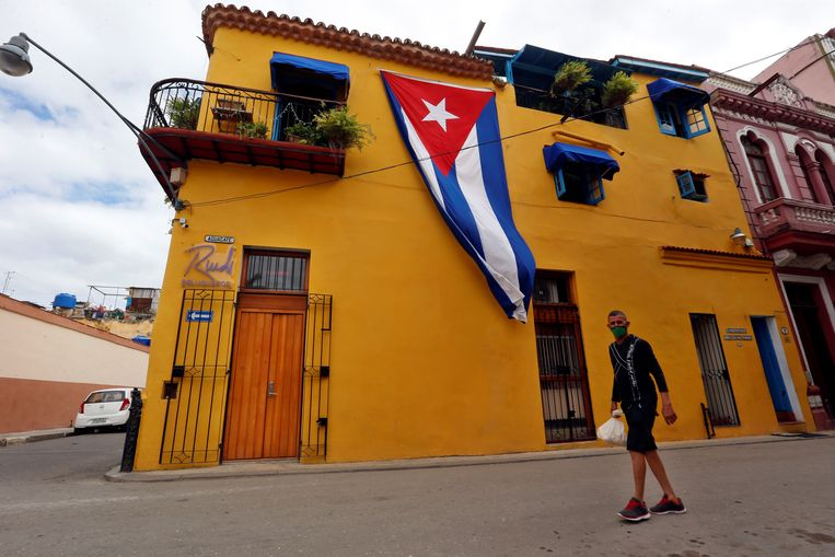 Straatbeeld uit Havana, mét vlag en pittoreske gevel.  Beeld EPA