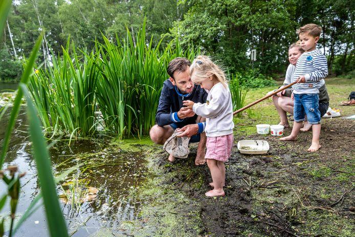 Op tal van plaatsen konden IVN-afdelingen weer een slootjesdag voor de jeugd houden zoals in Asten-Heusden: het gezin van Leon en Nathalie met hun kinderen Nils en Lenna.